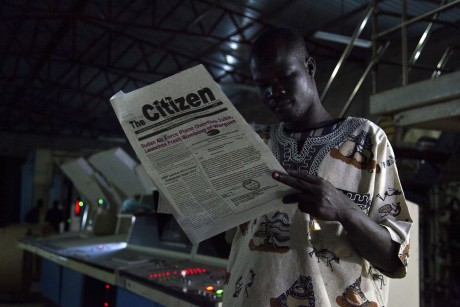 Un tavailleur lit le quotidien du Soudan du Sud The Citizen. SOUTH-SUDAN/RADIO REUTERS/Adriane Ohanesian