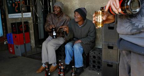 Des clients d'un shebeen, Soweto, Afrique du Sud. REUTERS/Siphiwe Sibeko