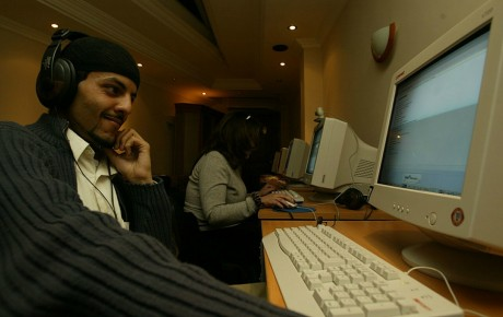Un client d'un cyber café d'Alger en Algérie, REUTERS / Zohra Bensemra