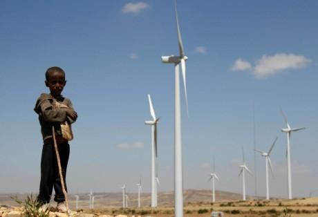 Un petit garçon devant la ferme éolienne d'Ashegoda en Éthiopie, REUTERS/Kumerra Gemechu
