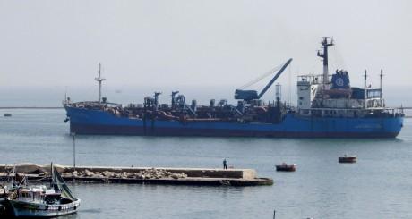 Un navire traversant le canal de Suez / Reuters