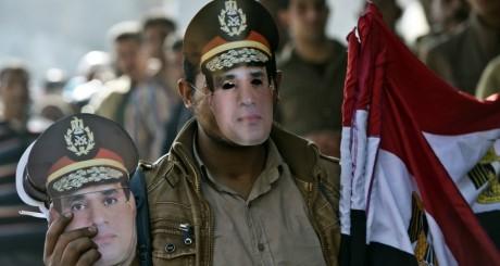 Masques à l'image du maréchal al-Sissi / Reuters