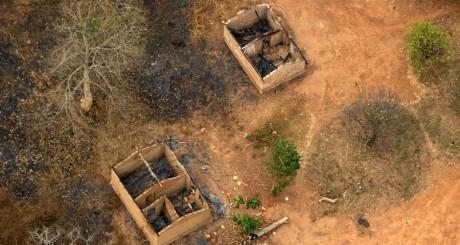 Maisons incendiées dans le nord de Bangui, 2 février 2014. REUTERS/Siegfried Modola