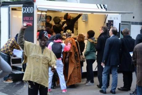 Des clients devant le ffod truc africain © Page Facebook de BlackSpoon