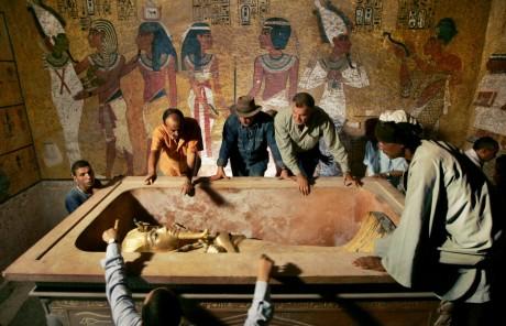 Archéologues supervisant le retrait du sarcophage du roi Toutankhamon au Caire, REUTERS / Ben Curtis
