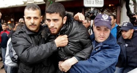 Un manifestant du mouvement Barakat interpellé par des policiers, Alger, 1er mars. REUTERS/Louafi Larbi