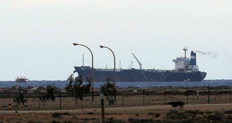 Un pétroilier nord-coréen sur le port d'Es Sier, 8 mars 2014 / REUTERS