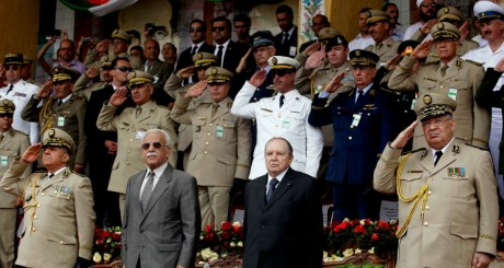 Abdelaziz Bouteflika lors d'une cérémonie militaire, Cherchell, juin 20012 / REUTERS