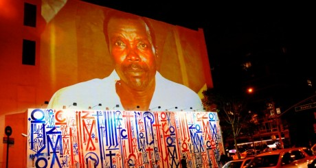 Une photo de Joseph Kony dans une rue de New York, avril 2012 / REUTERS