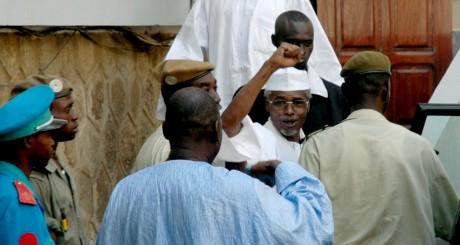 Hissène Habré quitte le tribunal de Dakar, en novembre 2005 / REUTERS