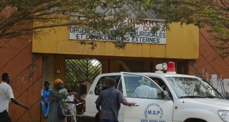 L'entrée de l'hôpital de Donka, en Guinée / REUTERS