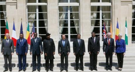 Les présidents nigérian et camerounais entourant le président français, Paris 17 mai 2014 / REUTERS