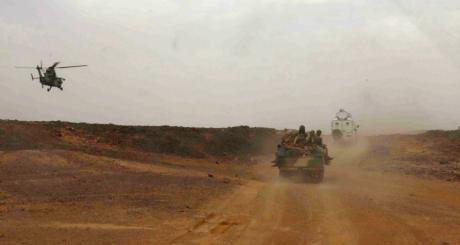 Un hélicoptère de Serval escortant un convoi militaire à Kidal / REUTERS