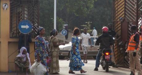 L'entrée de l'hôpital de Donka, Guinée / REUTERS