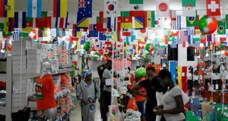 Une boutique de souvenirs pour la Coupe du monde 2014, Abidjan, Côte d'Ivoire / REUTERS