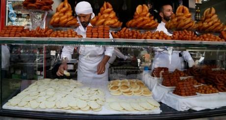 Vendeurs de pâtisseries orientales / REUTERS
