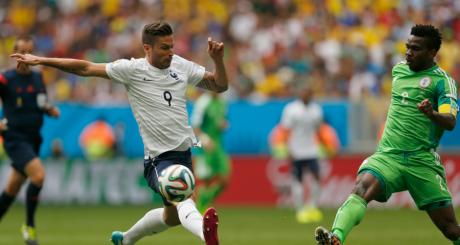 Le Nigérian Joseph Yobo aux prises avec le Français Olivier Giroud, 30 juin 2014 / REUTERS