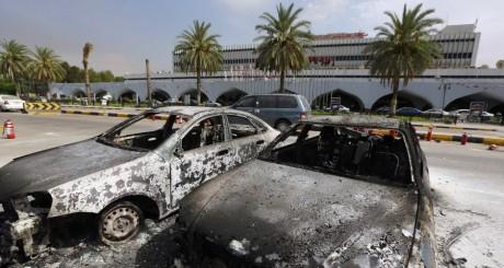 Voitures brûlées autour de l'aéroport de Tripoli / AFP