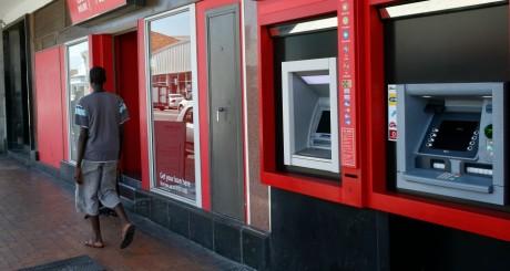 Distributeurs automatiques de billets dans une banque sud-africaine/ REUTERS