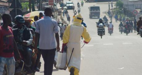 Un agent de santé dans une rue de Kenema, Sierra Leone, 25 juillet / REUTERS