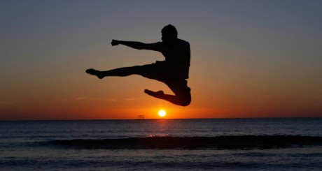 Un jeune en plein exercice physique sur la plage de Tripoli / REUTERS