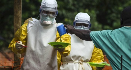 Du personnel médical de MSF, à Kailahun en Sierra Leone, le 20 juillet 2014. REUTERS/Tommy Trenchard