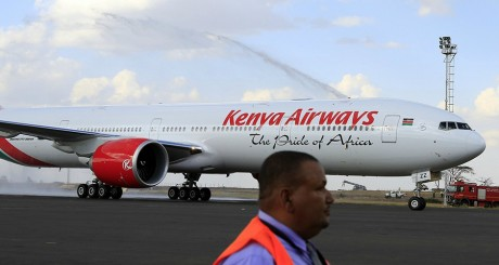 Un avion de Kenya Airways, le 25 octobre 2013, sur l'aéroport de Nairobi. REUTERS/Noor Khamis.