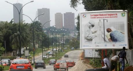 Affiche de prévention contre Ebola dans une rue d'Abidjan, septembre 2014 / REUTERS