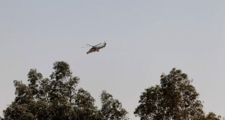 Patrouille d'un hélicoptère de l'armée algérienne au sud-est d'Alger / REUTERS