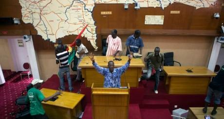 Des manifestants prenant d'assaut le siège de l'Assemblé nationale, 30 octobre, Ouagadougou / REUTERS