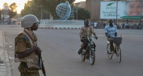 Un soldat en faction dans une rue de Ouagadougou / REUTERS