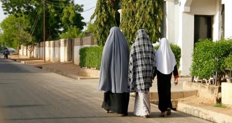 Des femmes en hijab dans une rue de Maiduguri, Nigeria, mai 2013 / REUTERS