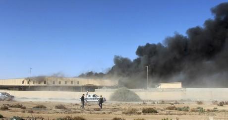 Des fumées s'élèvent de l'aéroport de Mitiga, près de Tripoli. REUTERS
