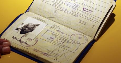 Le passeport sud-africain de Nelson Mandela. REUTERS/Siphiwe Sibeko
