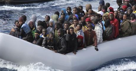 Des migrants lors d'une opération de secours le 28 novembre 2013 en Sicile. REUTERS/Marina Militare/Handout
