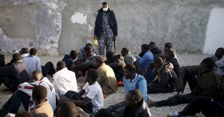 Des migrants clandestins dans une base de police à Tripoli, le 13 mars 2015. REUTERS/Goran Tomasevic