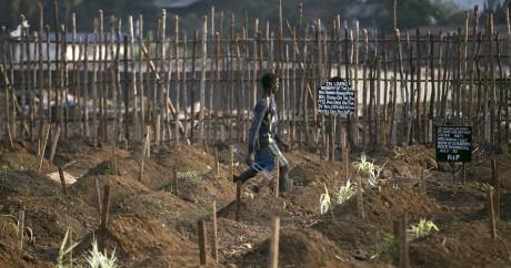 Un cimetière de victimes d'Ebola au Sierra Leone. REUTERS/Baz Ratner