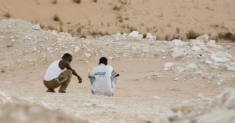 Deux migrants dans le désert du Sinaï en 2008. REUTERS/Asmaa Waguih