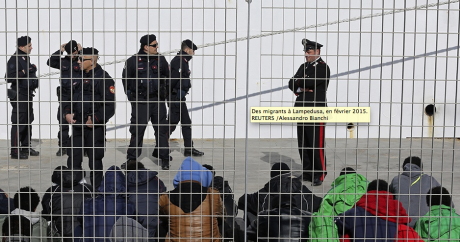 Des migrants à Lampedusa, en février 2015. REUTERS /Alessandro Bianchi