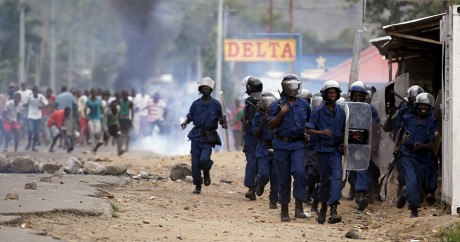 Affrontements entre forces de l'ordre et manifestants à Bujumbara, le 27 avril 2015. REUTERS/Thomas Mukoya
