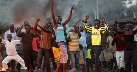 Des manifestants entonnent des chants anti-gouvernement, lundi 27 avril à Bujumbura. REUTERS/Thomas Mukoya