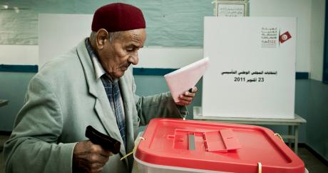 Un homme vote en Tunisie. Photo: Ezequiel Scagnetti/European Union via Flickr.