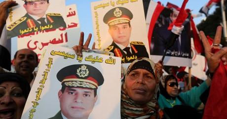 Des affiches à l'effigie du président égyptien Abdel Fattah al-Sissi. REUTERS/Mohamed Abd El Ghany