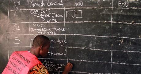 Un décompte des voix dans un bureau de vote togolais, le 25 avril 2015. REUTERS/Noel Kokou Tadegnon