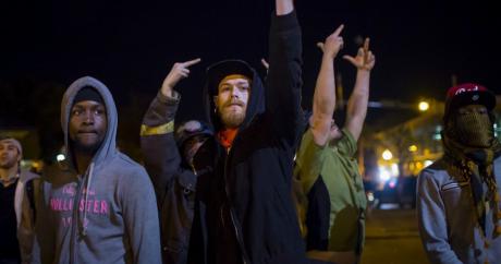 Manifestants s'adressant à la police juste avant le couvre-feu à Baltimore (Maryland), le 28 avril 2015 | REUTERS/Eric Thayer