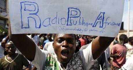 Un manifestant dénonce la fermeture de la Radio Publique Africaine, le 29 avril à Bujumbura. REUTERS/Thomas Mukoya