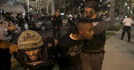 Un juif éthiopien arrêté par des policiers lors d'une manifestation à Tel Aviv le 3 mai 2015 | REUTERS/Baz Ratner