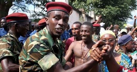 Des militaires saluent des manifestants à Bujumbara mercredi 13 mai. REUTERS/Goran Tomasevic