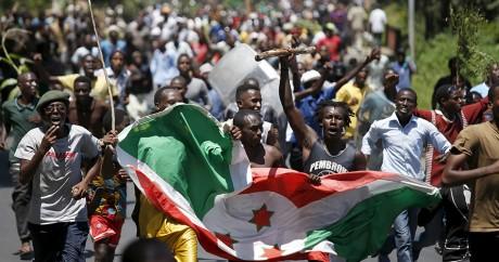 Des manifestants brandissent le drapeau du Burundi, le 13 mai 2015. REUTERS/Goran Tomasevic