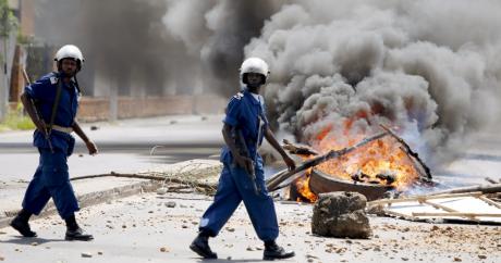 Des policiers à Bujumbara, le 13 mai 2015. REUTERS/Goran Tomasevic